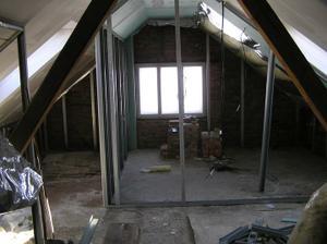 ještě vyměníme okno,zabetonujeme,natahneme vodu a odpady a pak už jen odlkadačky,dlažba,vana......
