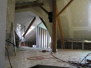 pohled ze schodiště-směr vlevo obývák,vpravo bude posezení rovně koupelna