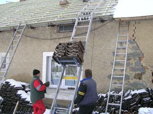a už je vezou tašky na střechu-Bramac