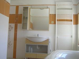 umyvadlo a nábytek v koupelce