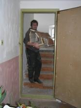 ze starých schodů se nadělají třísky