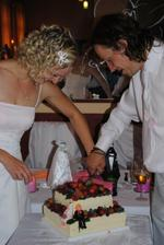 Krájení dortu...jsme zapomněli, tak bylo dost pozdě a ženichova firgurka trošku počůraná