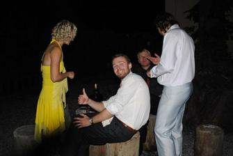 Venkovní stoleček a ženichův svědek:-)))