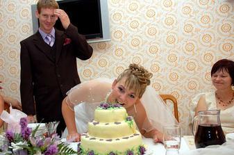 pojídání svatebního dortu