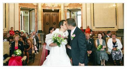 1.polibek, teda manželský