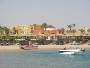pohlad na plaz a cast hotela z mola