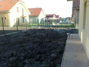 hlina na zahrade je navozena a caka na travnik