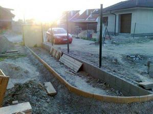 plot uz caka iba na pletivo, a pripraveny je aj zahon, caka uz iba na podu a kvietky (pohlad od vchodovych dveri)
