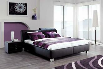 kombinácia fialovej a čiernej do spálne