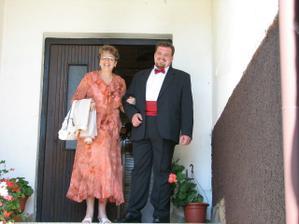 Vycházíme z domu... ženich s maminkou.