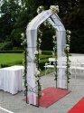 Představa-svatba venku pod branou.