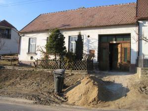 před domem nám vyrostlo pískoviště