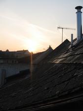 Východ slunce, začínáme bourat velkou střechu.