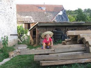 ...hlídá i dřevo:)