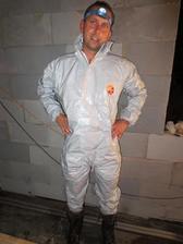 11.9.2012 stará střecha dole, nová v nedohlednu a celou noc pršelo - manžel kýbloval v epesní pláštěnce (atombordel pro havarijní službu:) a zásahových botách od hasičů