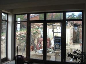 Naše chlouba - francouzské okno, zatím s výhledem na tašky a zbořeniště.