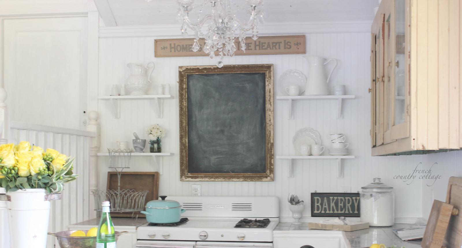 Kuchyne - presne tuto kombinaciu drevena zastena+tabula v rame+policky som si vymyslela a vcera cirou nahodou nasla na nete :o)