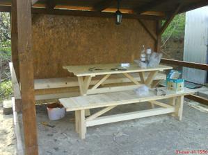K tomu na želanie, gazdovi som musel vyrobiť stôl aj dve lavice