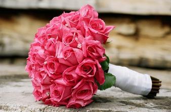 Kytice bude mít tento tvar a barvu růží (snad i tmavší růžovou)...