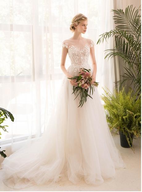Ďalšie šťastné nevesty - Nádherné padavé svadobné šaty, sú veľmi ľahunké. :-)