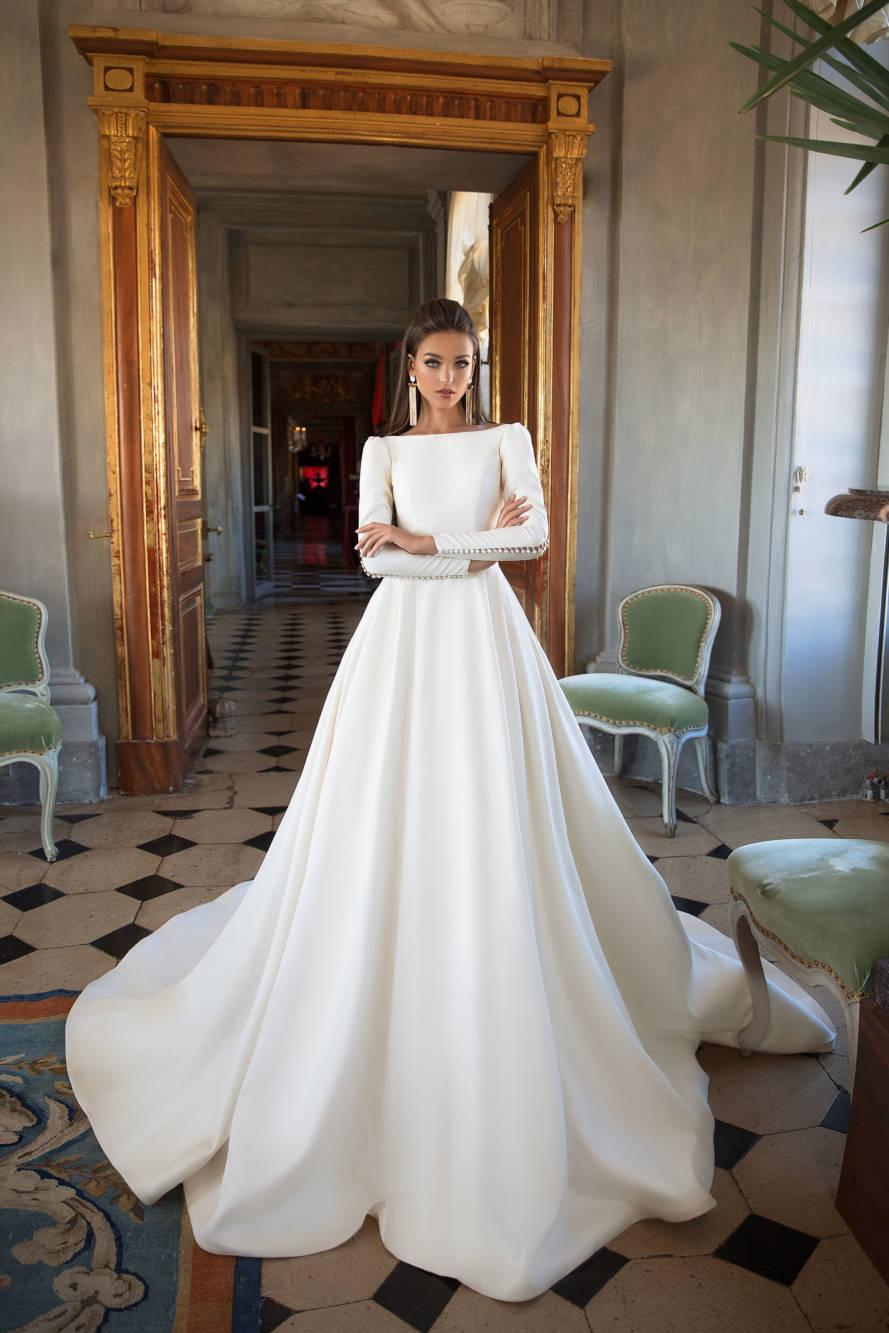 Inšpirácia pre budúce nevesty - objednávka pre nastávajúce nevesty - Dlhé svadobné šaty s extra dlhou vlečkou a s holým chrbátom.