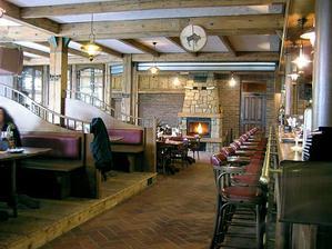 Pohled na bar a cast restaurace