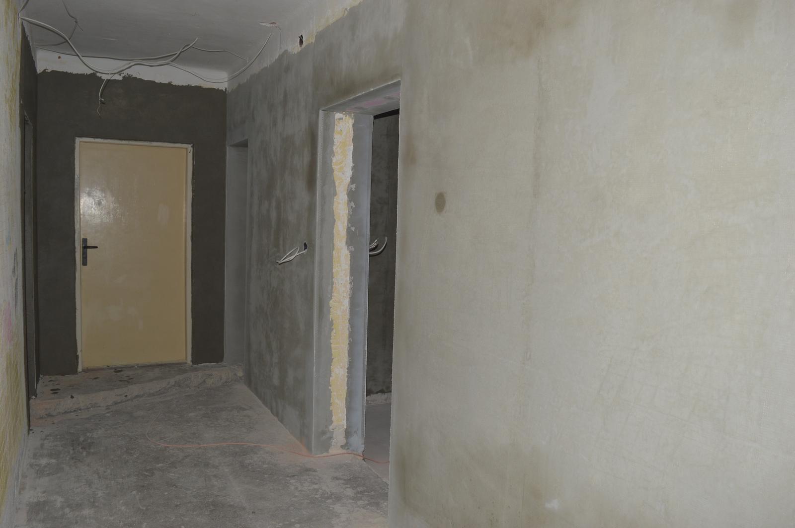 U nas DOMA   👪💟 - chodba- vpravo dvere detska izba, vzadu spalna a za tymi bielymi dverami je vchod do pivnice a na povalu