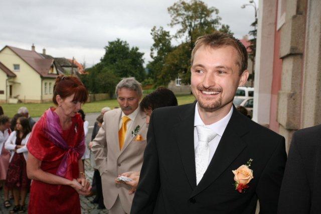 Petra{{_AND_}}Dominik - ženich se ještě směje:-) Maminky v pozadí si už vyměnují kapesnicky..