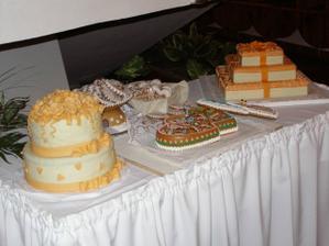 tortičky od mamičiek, od tety zo žiliny a tety z Hlohovca. Boli fakt veľmi chutné. Medovníkové srdiečka dostali všetci svadobčania.