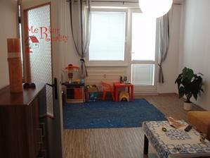 Pôvodná obývačka.. z oboch strán popri stien budú pracovné stolíky