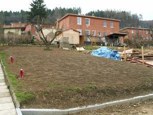 O půl roku později, půda prokypřená rotavátorem, vyseta tráva.