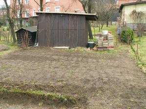 Horní část zahrady, bohužel zbavit se šopy se mi zatím nepovedlo :-(  Tato část zahrady bude sloužit k pěstování drobého ovoce, sušení prádla a pod. Od zbytku zahrady bude oddělena živým plotem.