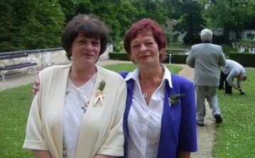 Maminka ženicha se svojí sestrou...