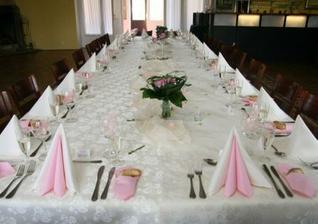 takhle byl připravený svatební stůl