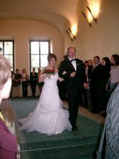 tatínek odvádí dcerušku do náruče ženichovi..