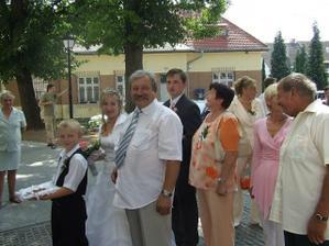 Čakáme pred kostolom, ešte sa usmievame