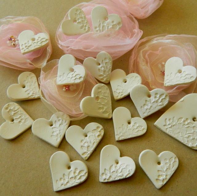 Inspirace - MOJE SVATBA - keramická srdíčka- použiji buď jako dárky pro hosty nebo je přivážu k meníčku a svícínkům ještě uvidím :-)