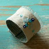 Textilní oboustranný náramek se stužkovou výšivkou,