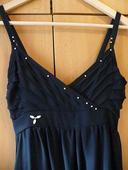 Tmavě modré šaty s perličkami, 34