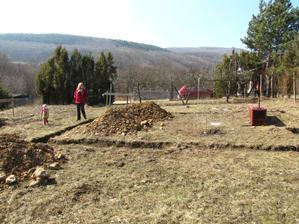 10.3.2012 - Prvý výkop, zem bola tvrdá ako skala, tak sa musel zavolať báger