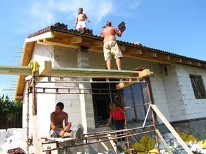 35 stupňová horúčava, nie práve ideálne na pokladanie strechy