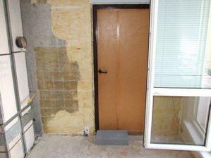 vchod do novej kupelne, ale dvere sa este vymenia samozrejme