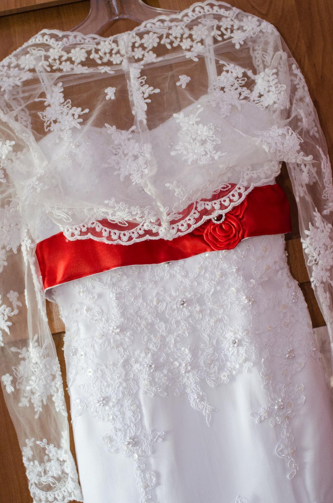 Monika{{_AND_}}Michal - Svadobné šaty zo svadobného salónu Valery v Banskej Bystrici. Červený opasok mi našili priamo v salóne a vyrobila mi ho jedna milá baba zo sashe