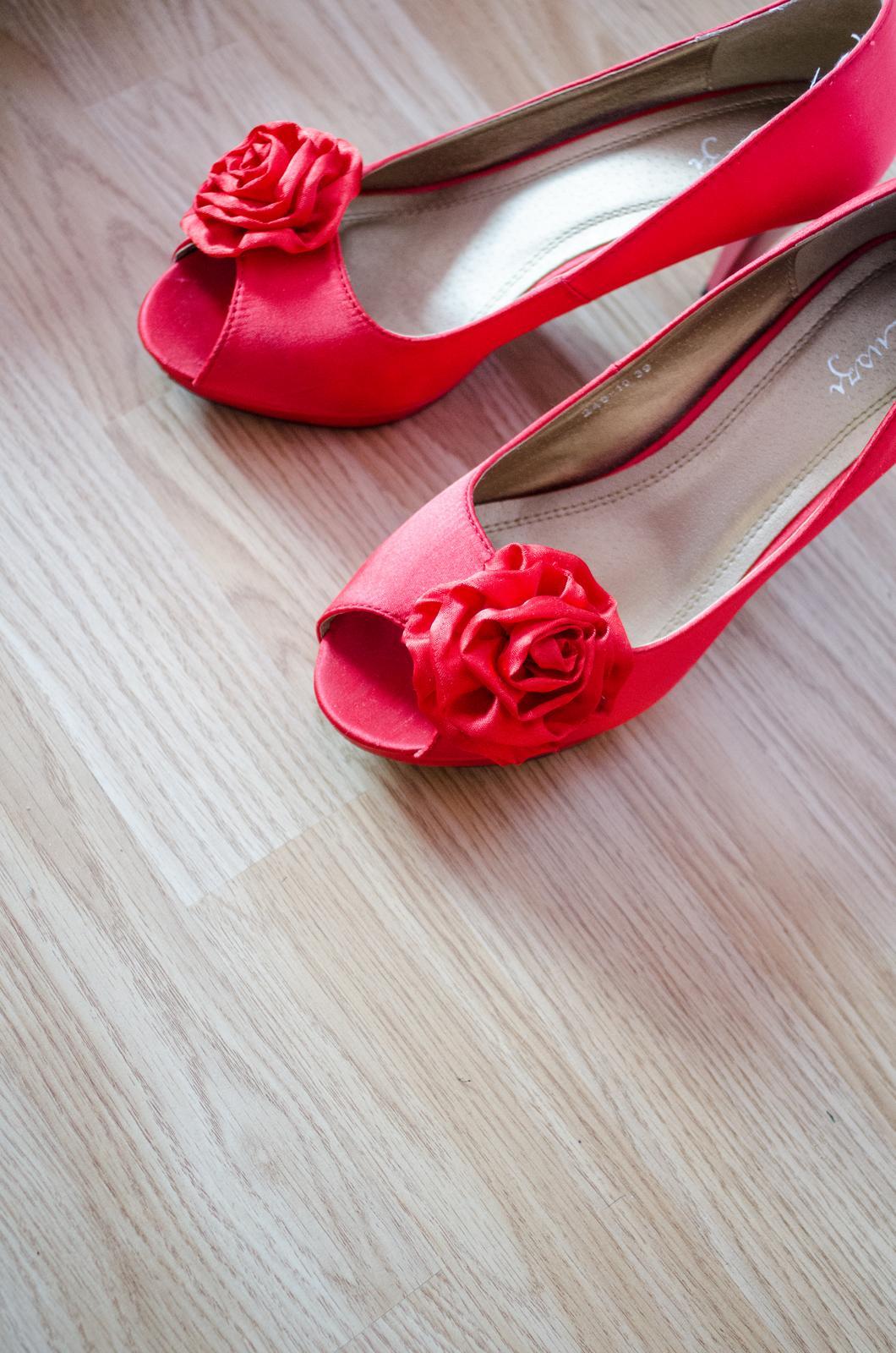 Monika{{_AND_}}Michal - Tieto topánočky som si objednala z internetu už v marci a z času na čas v nich behala po byte, aby sa na môj deň D rozchodili. Podarilo sa. Boli to tie najpohodlnejšie topánky i keď mali cca 9 cm opätok.