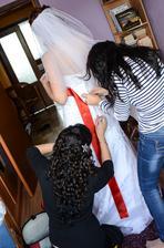 Vraví sa, že žena dokáže robiť viacero vecí naraz, no obliecť sa do svadobných šiat som sama nezvládla. Pomáhala mi Mirka a moja sestra.