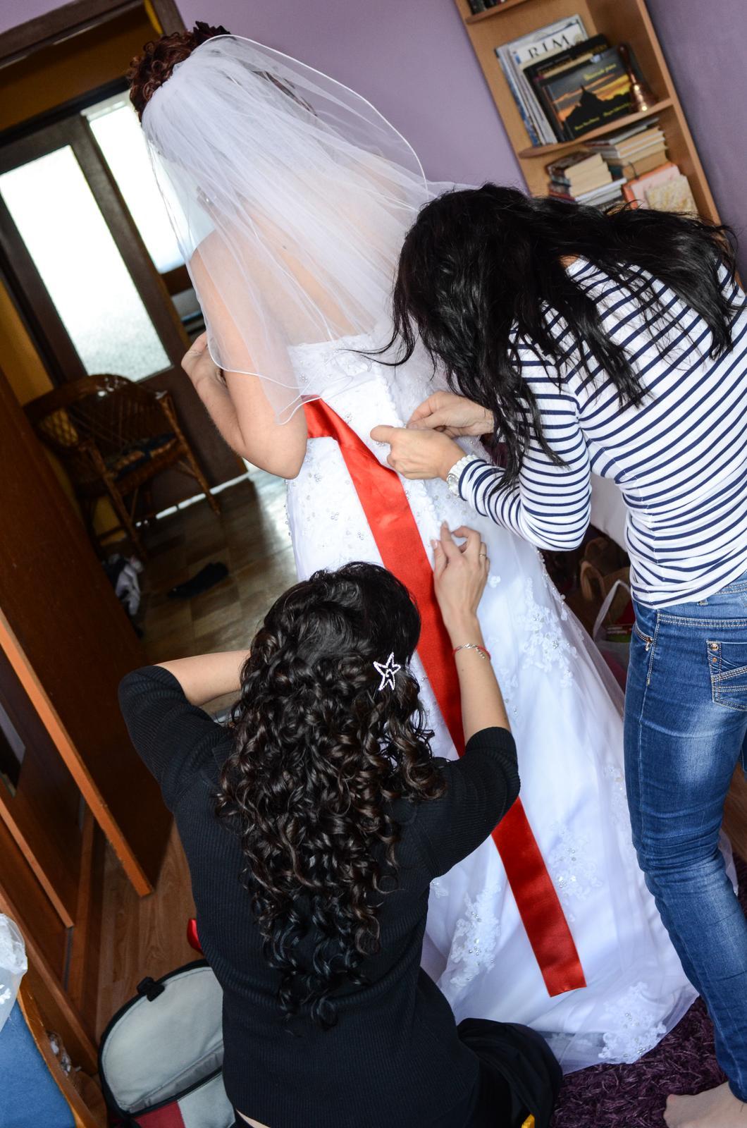 Monika{{_AND_}}Michal - Vraví sa, že žena dokáže robiť viacero vecí naraz, no obliecť sa do svadobných šiat som sama nezvládla. Pomáhala mi Mirka a moja sestra.
