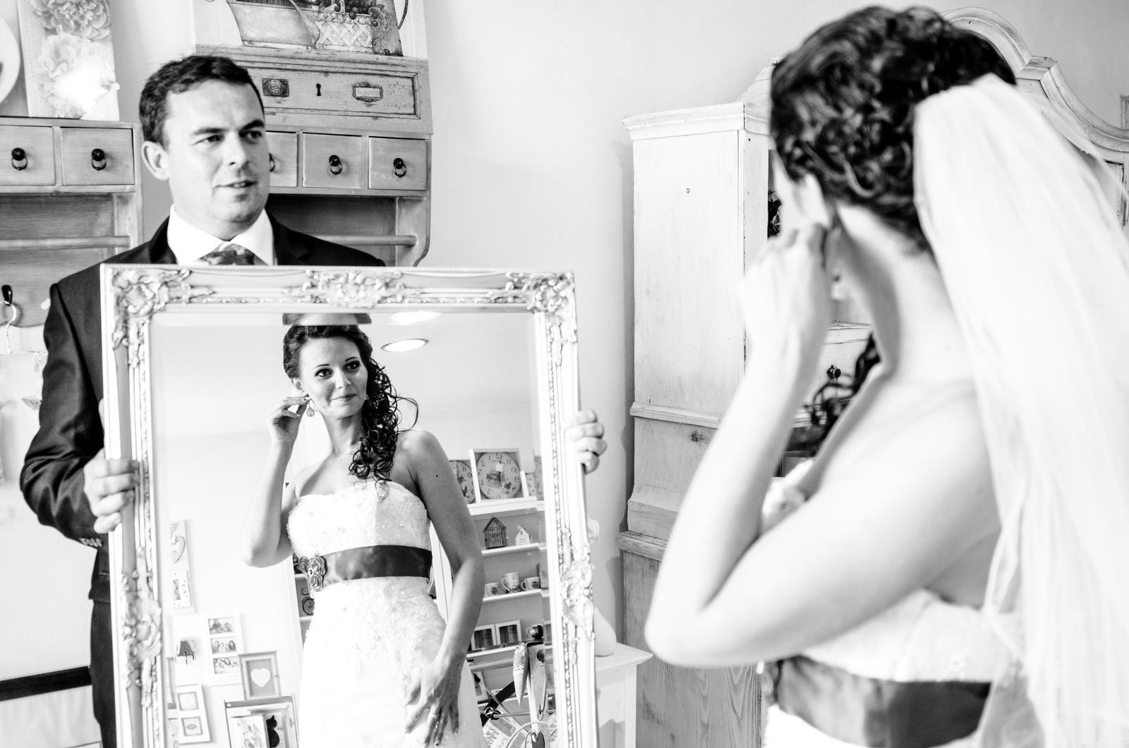 Monika{{_AND_}}Michal - Potrebovala som si napraviť naušnicu a keďže v tomto skvelom obchodíku mali nádherné zrkadlo, chopili sme sa šance.
