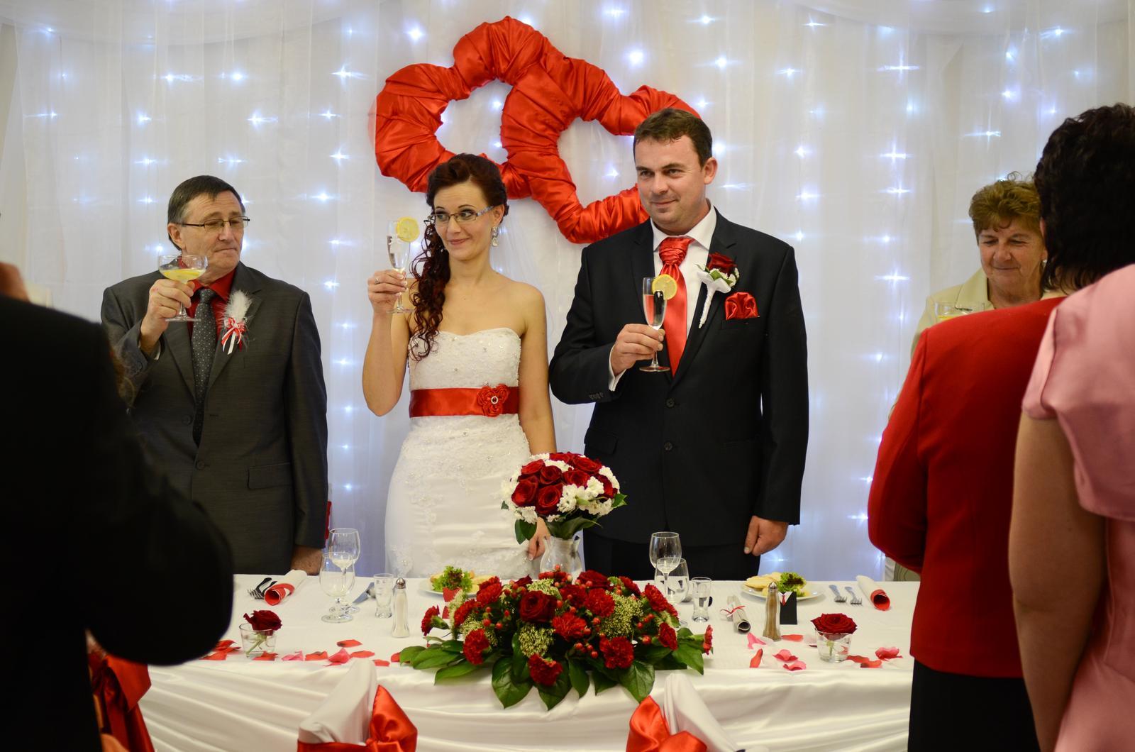 """Monika{{_AND_}}Michal - Svadobný prípitok. Po svadbe nám ostali len holé poháre. """"Oblečenie"""" na nich záhadne zmizlo. Predpokladám však, že skončilo v umývačke riadu. :-)"""