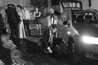 Aj to sa stáva. Počas únosu dostalo auto s hľadajúcim manželom defekt.