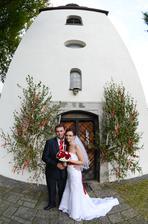 Pred kostolom, od ktorého má kľúčiky práve môj manžel :-)